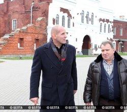 Трехкратный олимпийский чемпион Александр Карелин и белорусский олигарх Юрий Чиж посетили Брестскую крепость