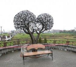 Возле загса в Сморгони установили «Дерево счастья», которое украшает 2,5 тысячи металлических листьев