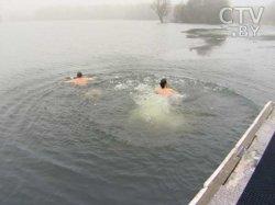 Участники Рождественского хоккейного турнира из Канады искупались в ледяной воде в рамках благотворительной акции
