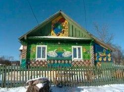 Туристы съезжаются в белорусскую деревню ради «дома из пробок»