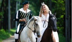 Креативные витебляне выбирают свидание в бассейне, верхом на лошадях или в романтическом автобусе