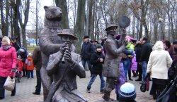 Мядзведжая акадэмія ўжо красуецца ў смаргонскім парку (+фото)