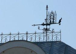 На могилевском Главпочтамте установили флюгер с гербом города