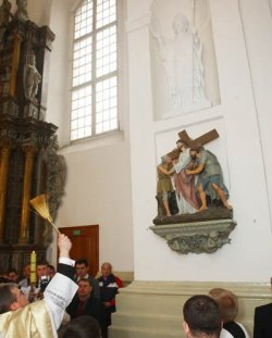 В Фарном костеле в Гродно установили и освятили фигуру Иоанна Павла II