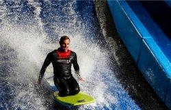 «Акваполис» запускает крытый аттракцион серфинга и гавайский пляж