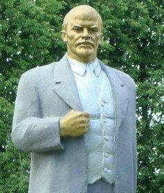 Фотофакт: в Толочине раскрасили памятник Ленину