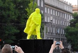 Памятник писающего Ленина установили в Польше