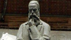 Китай подарил родине Энгельса его четырехметровую статую