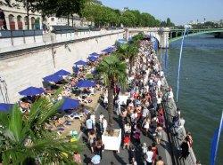 В рамках проекта «Парижские пляжи» набережные Сены превратились в искусственные пляжи