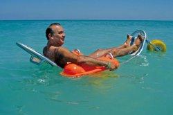 На пляжах Дубая инвалиды могут купаться в плавучих креслах