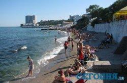 В Одессе лучшие пляжи заняли частники, а туристам оставили узкую полоску на берегу