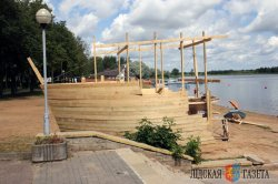 На берегу Лидского озера пришвартовалось судно-кафетерий