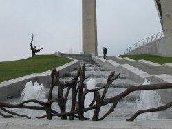 Скульптурную композицию «Развітанне» установили возле музея истории Великой Отечественной войны