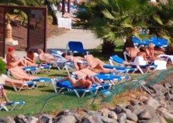 В андалузской провинции Альмерия, которая является центром нудизма, власти запретили «находиться в общественных местах топлес или без одежды»