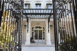 Во Франции отели создают во дворцах