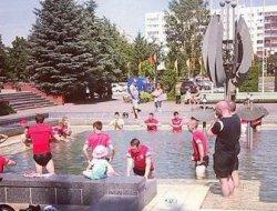 Фотофакт. Футболисты «Дерри Сити» охлаждаются в солигорском фонтане