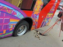 Двухэтажный экскурсионный автобус провалился в дорожную яму в центре Казани