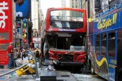 В центре Нью-Йорка столкнулись двухэтажные автобусы с туристами