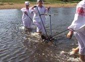 В Могилевской области провели языческий обряд «перепахивания речки»