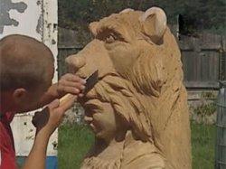 Под Гродно 14 мастеров вырезают фигуры из дерева