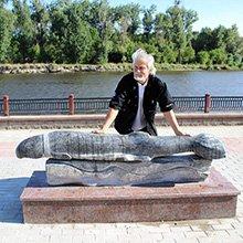 В Пинске на набережной установлен памятник легендарному вьюну