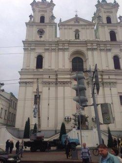 Скульптуры апостолов Петра и Павла вернули на фасад гродненского Фарного костела после реставрации