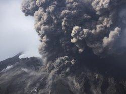 Туристу удалось снять извержение вулкана в Папуа - Новой Гвинее