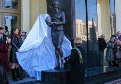 Возле педуниверситета в Минске появилась скульптура первой учительницы