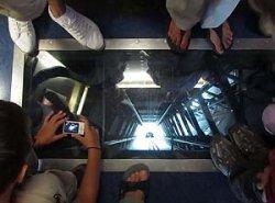 Эйфелеву башню сделали более экстремальной, установив прозрачный пол (+видео)