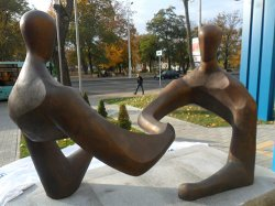 У здания банка БэлВЭБ в Бресте появилась скульптура «Диалог»