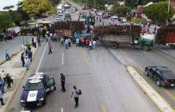 В Мексике фермеры заблокировали автобус с российскими туристами