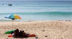 Власти Пхукета разрешили туристам приносить на пляжи свои зонтики
