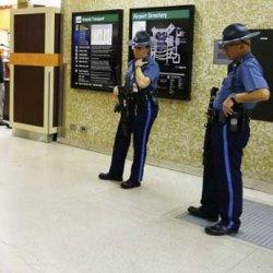 В аэропорту Бостона голый турист покусал 84-летнего пассажира