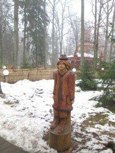 На сказочной аллее в Беловежской пуще появилась скульптура кировского персонажа Глинышки