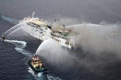 Спасатели эвакуируют пассажиров с горящего парома у греческого побережья