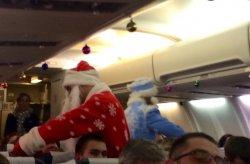 Бортпроводники «Белавиа» танцевали для пассажиров в костюмах Дедов Морозов, а ночью поздравляли единственную пассажирку