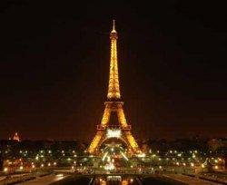 Подсветку Эйфелевой башни отключили в память о жертвах теракта