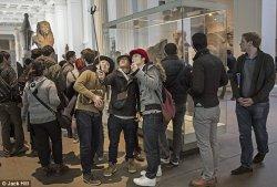 Финский Атенеум присоединился к музейному запрету на палки для селфи