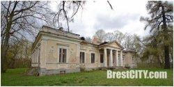 Усадьба Пузынов в деревне Гремяча периодически сменяет владельцев, но реставрационных работ не видно