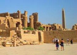 После теракта в Египте туристы стоят в очередях в музеи под охраной
