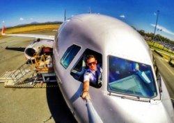 Пилот отстранен от работы из-за селфи со стюардессой