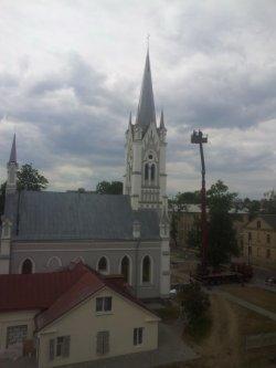 Гродненская кирха приобрела законченный вид: установлен главный крест храма