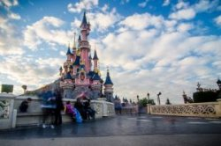 Стоимость отдыха в парижском Диснейленде зависит от страны бронирования?