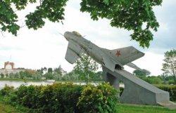 В Щучине памятник-самолет переносят из-за несочетаемости с дворцом князей Друцких-Любецких