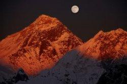 Непал разрешил совершать восхождения на Эверест
