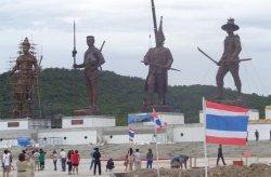 В тайском Хуахине появились огромные статуи семи королей