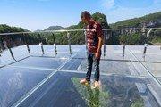 Стеклянная площадка над пропастью откроется в Китае