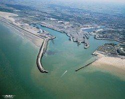 Бастующие моряки заблокировали паромы с туристами в Кале