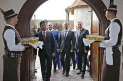 Российский премьер Медведев посетил гродненский агротуристический комплекс «Коробчицы»