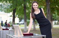 Известные гомельчане оставляют отпечатки ладоней для Музея истории Гомеля